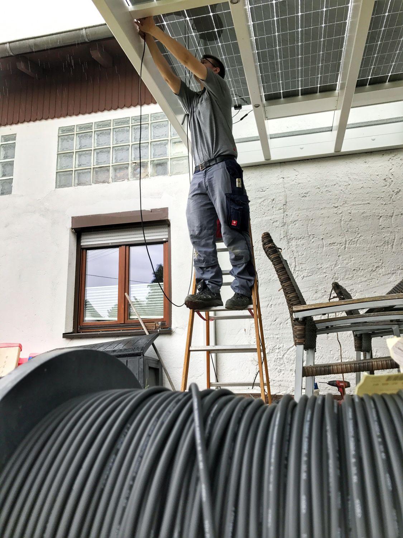 Solarterasse Elektriker klemmt Kabel an