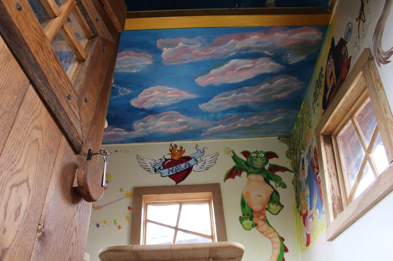 Hexenhaus Innenansicht mit Gemälde von Tabaluga und Himmel