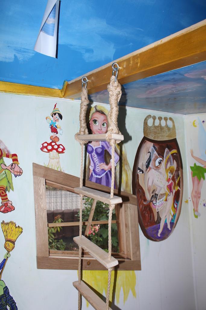 Hexenhaus Innenansicht mit Gemälde von Rapunzel