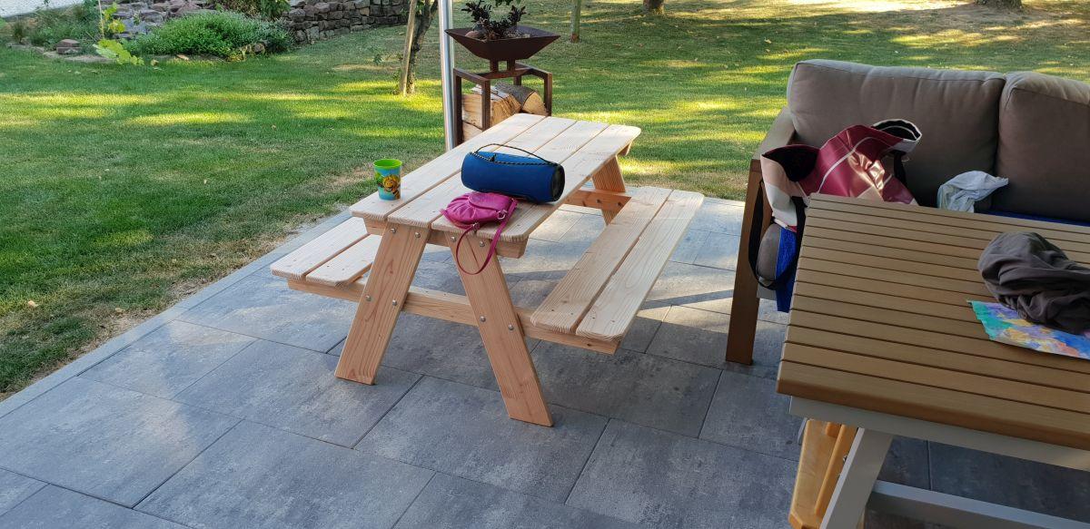Kinder Picknicktisch auf Terasse mit falscher Geometrie