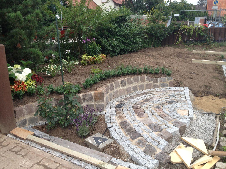 Garten Hexenhaus mit Steinen
