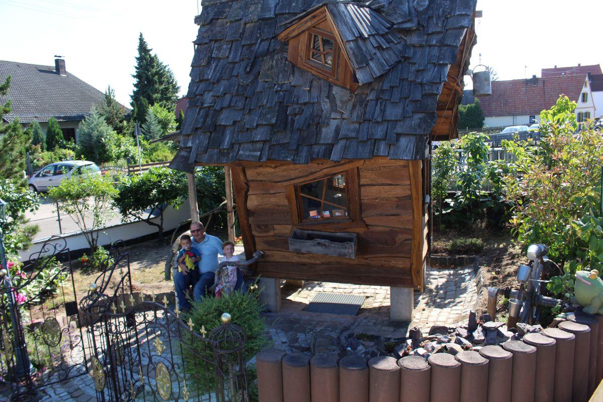 Hexenhaus mit Opa und den Kindern