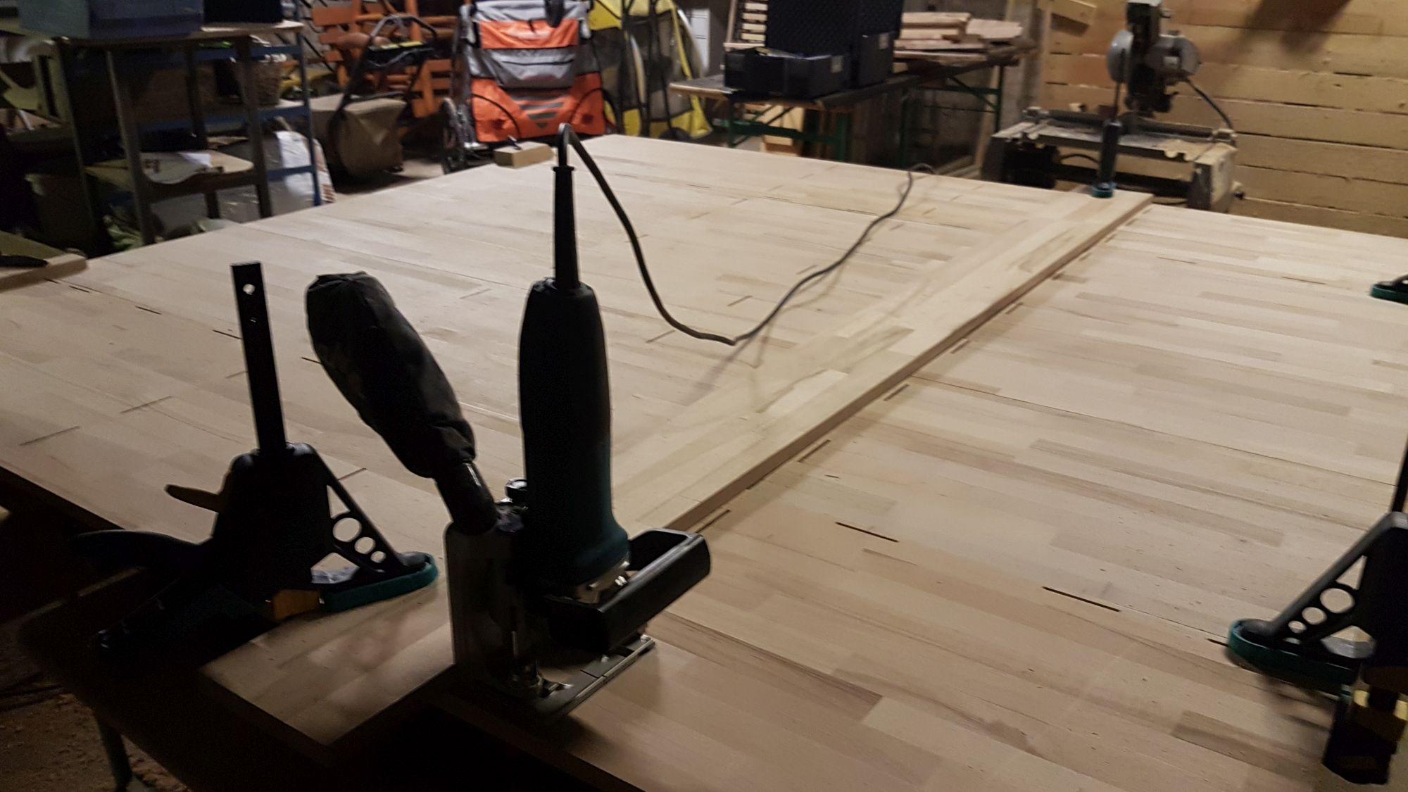 Flachdübelfräse auf Holzplatte