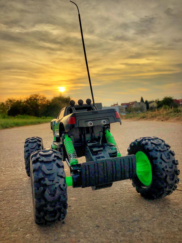 Maisto RC Rock Crawler von der hinen auf einem Feldweg