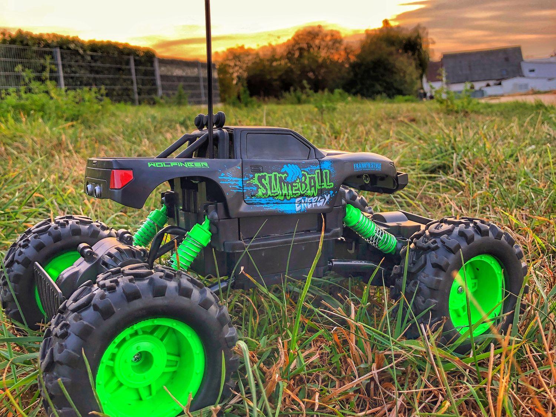 Maisto RC Rock Crawler von der Seite im Gras