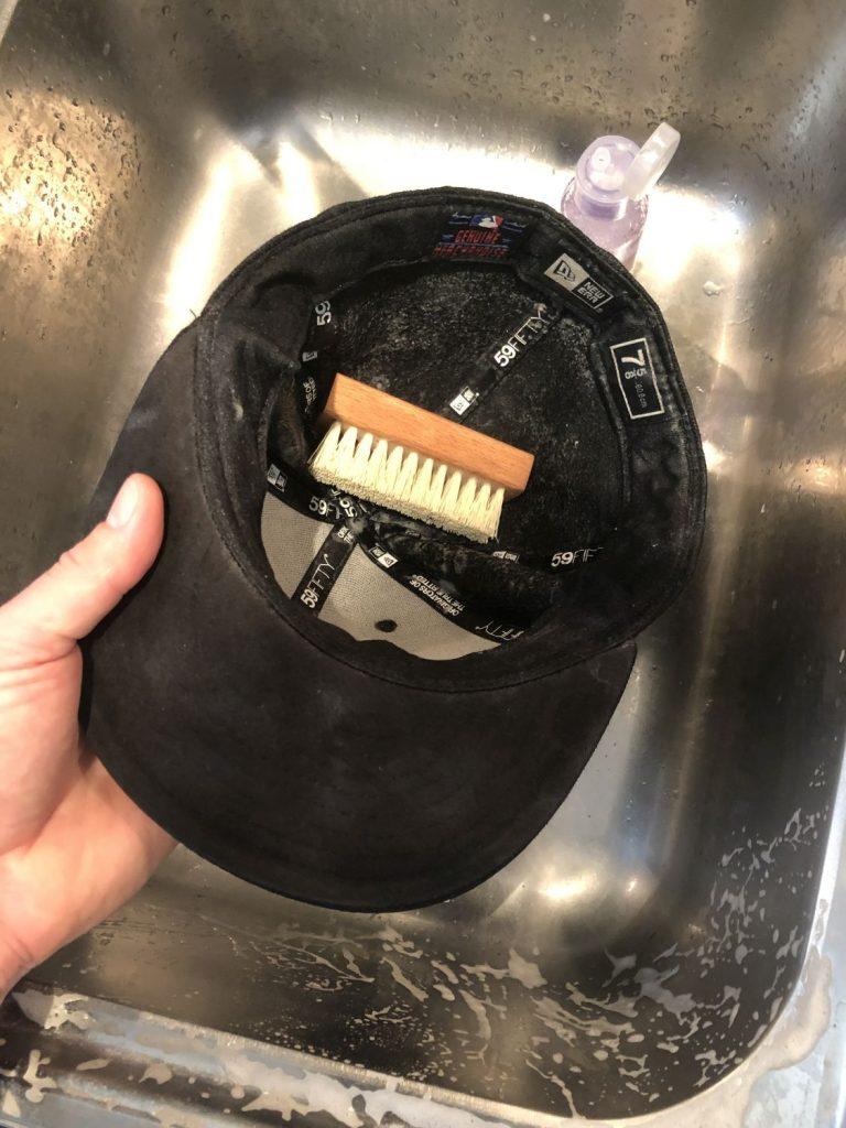 Cap mit Bürste im Waschbecken