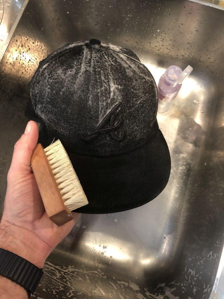 Cap waschen im Waschbecken