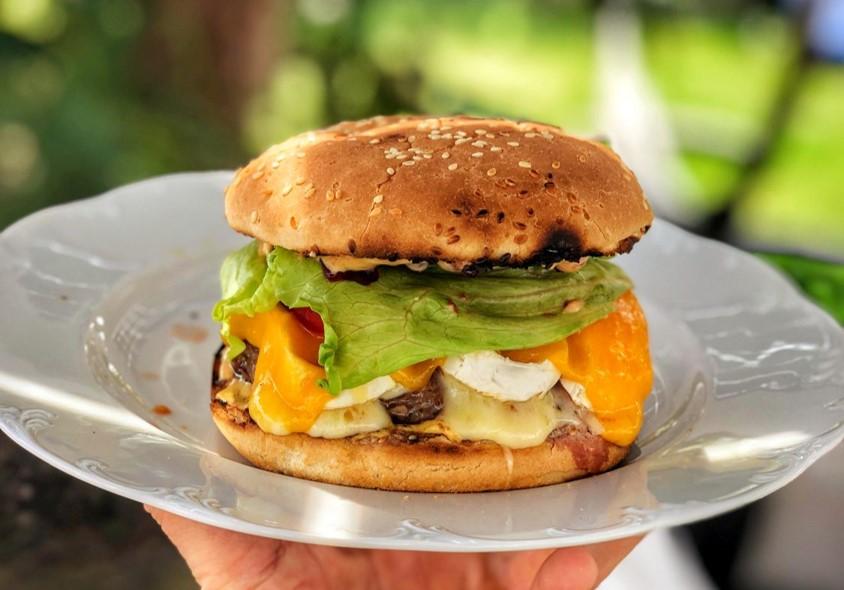 Im Rezept vorgestellter Burger mit Camembert auf einem Teller