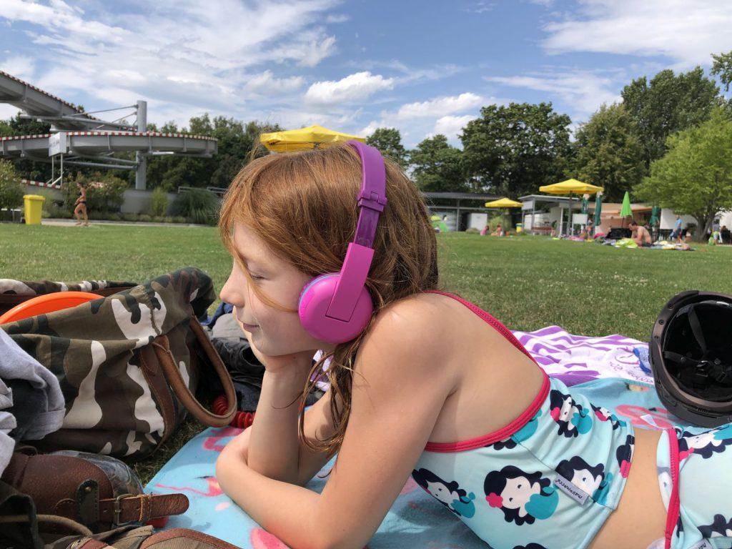 Nala mit Ihren SCOUT Buddyphones in Lila im Schwimmbad